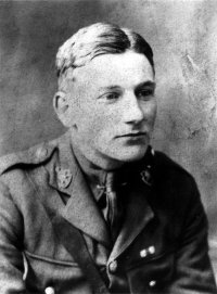 Edmund Blunden in Uniform (200xn)